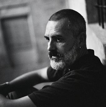 Sebastià Pagarolas. Fotògraf de bodes. Fotografia en blanc i negre. Fotografia documental i social. Retrat en blanc i negre. Mirada intensa i reflexiva.