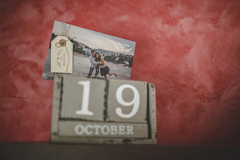 Fotografia de bodes Girona. Calendari. Fotografia a color de la invitació de boda dels nuvis. Calendari amb foto de la sessió preboda.