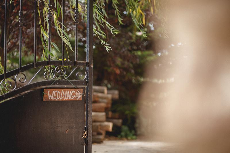 Fotografía de boda en color, detalle de la puerta. Señal de madera indicando wedding, Sebastià Pagarolas, Fotografía de boda, Fotógrafo de boda, Fotografía de bodas, Fotògraf de bodes, Fotografía de bodas diferente, Boda en Girona, Fotògraf Baix Empordà, Fotògraf de boda, Fotografia de boda a Barcelona, Fotografia de boda a Girona, Fotografía de boda a Tarragona, Fotografía de boda a Lleida, Fotografía de boda en Zaragoza, Fotografía de boda en Madrid, Fotografo de boda en el Norte, Fotógrafo de boda en Bilbao, Fotógrafo de boda en Cantabria, Fotógrafo de boda en Asturias, Wedding photographer, Boda en Mas Mascaros, Catering Restaurant Can Joan, Wedding in Catalunya, Wedding photographer, Toby's weddings, Toby Harper, Equinatur, Boda al aire libre, Boda exterior, Boda vintage, Sebastià Pagarolas, Sebastian Paragolas, Panagolas, Palagolas