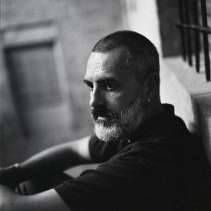 hombre pensativo en blanco y negro